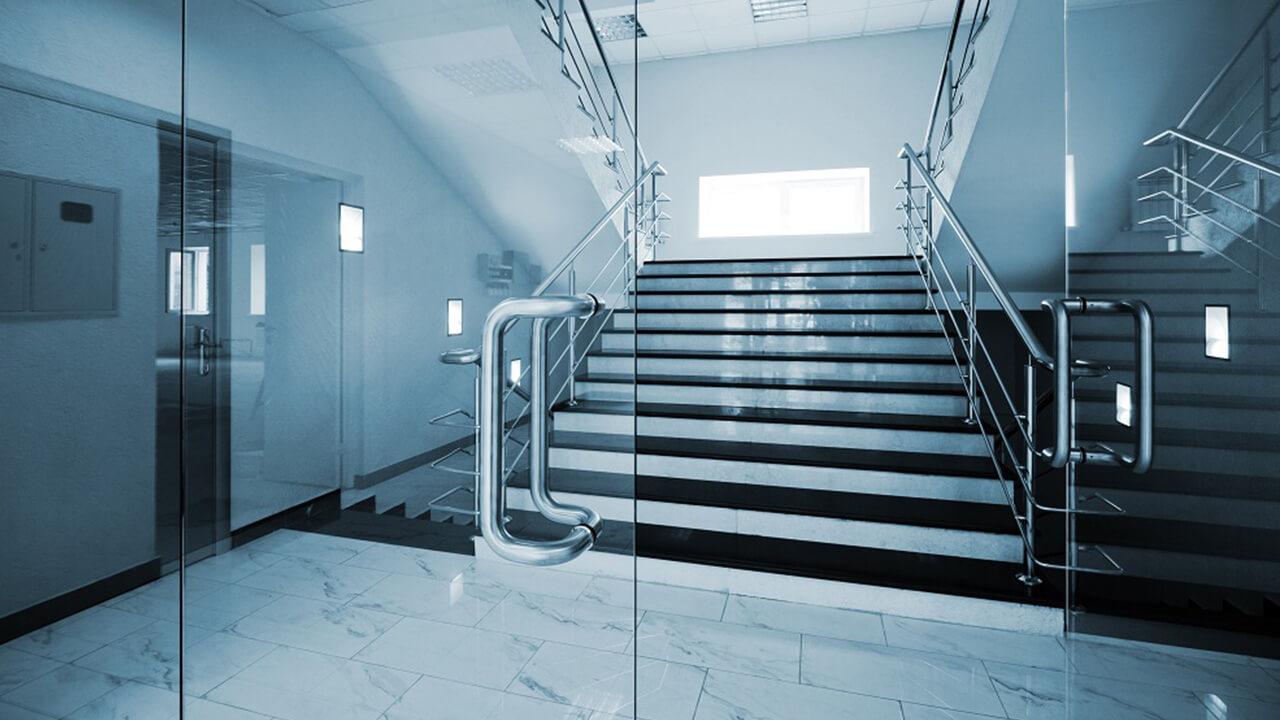 Стеклянная входная дверь практична или нет?